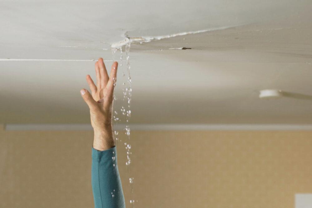por-que-se-filtra-el-agua-en-las-paredes